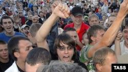 В июне 2007 года Ставрополье всколыхнуло убийство двух русских студентов, в котором друзья погибших подозревали чеченцев. На фото: массовая акция протеста в Ставрополе