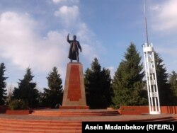 Жусуп Абдрахмановдун эстелиги.