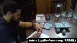 Геннадий Афанасьев подписывает свою книгу «Подняться после падения» (Киев, 2018 год)