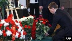 Российский президент Дмитрий Медведев возлагает цветы в польском посольстве.