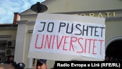 Pamje nga protestat e studentëve para Rektoratit