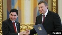 Украина мен Түркіменстан президенттері Виктор Янукович пен Гурбангулы Бердімұхамедов кездесу кезінде. Киев, 13 наурыз 2012 жыл.