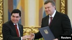 Ukrain prezidenti W.Ýanukowiç (sagda) Türkmenistanyň adyny Gazagystan bilen çalşyrmak arkaly, Berdimuhamedowy oňaýsyz ýagdaýa salypdy. Kiýew, mart, 2012.