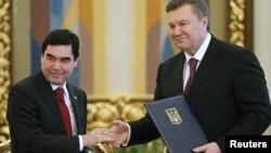 Туркманистон Президенти Қ.Бердимуҳаммедов (ч) ва Украина Президенти В.Янукович, Киев, 2012 йил 13 март.