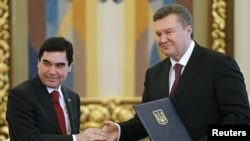 Ukrainian President Viktor Yanukovych (right) and his Turkmen counterpart Gurbanguly Berdymukhammedov in Kyiv on March 13