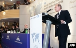 Владимир Путин выступает в Мюнхене на конференции по вопросам безопасности 10 февраля 2007 года.