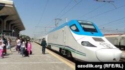 Высокоскоростной поезд Афросиаб (Afrosiyob) по маршруту Ташкент-Самарканд-Ташкент.