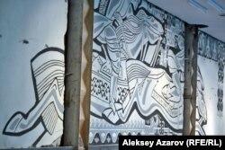 Сграффито художника Евгения Сидоркина, обнаруженное в ходе подготовительных работ по реконструкции в фойе кинотеатра «Целинный» в Алматы, 14 сентября 2018 года.