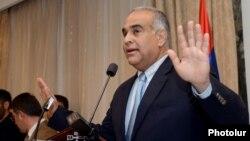 Արխիվ -- «Ժառանգության» առաջնորդ Րաֆֆի Հովհաննիսյանը ելույթ է ունենում «Անի Պլազա» հյուրանոցում, Երեւան, 19-ը ապրիլի, 2013թ.
