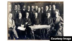Delegația română la Conferința de la Paris, condusă de Ionel I.C. Brătianu (1919). Foto: Biblioteca Centrală Universitară, Iași
