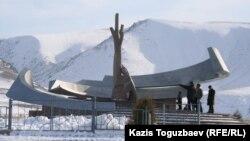 Мемориал на окраине села Кызылагаш в память о жертвах трагедии. Алматинская область, 9 марта 2011 года.