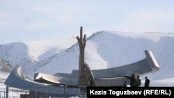 Қызылағашта 2010 жылы наурыздың 12-сі болған апат құрбандарына орнатылған ескерткіш. Алматы облысы, 9 наурыз 2011 жыл.