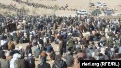 مراسم بخاک سپاری ده ها ملکی غور که چندی پیش از طرف گروه موسوم به داعش قتل عام شدند.