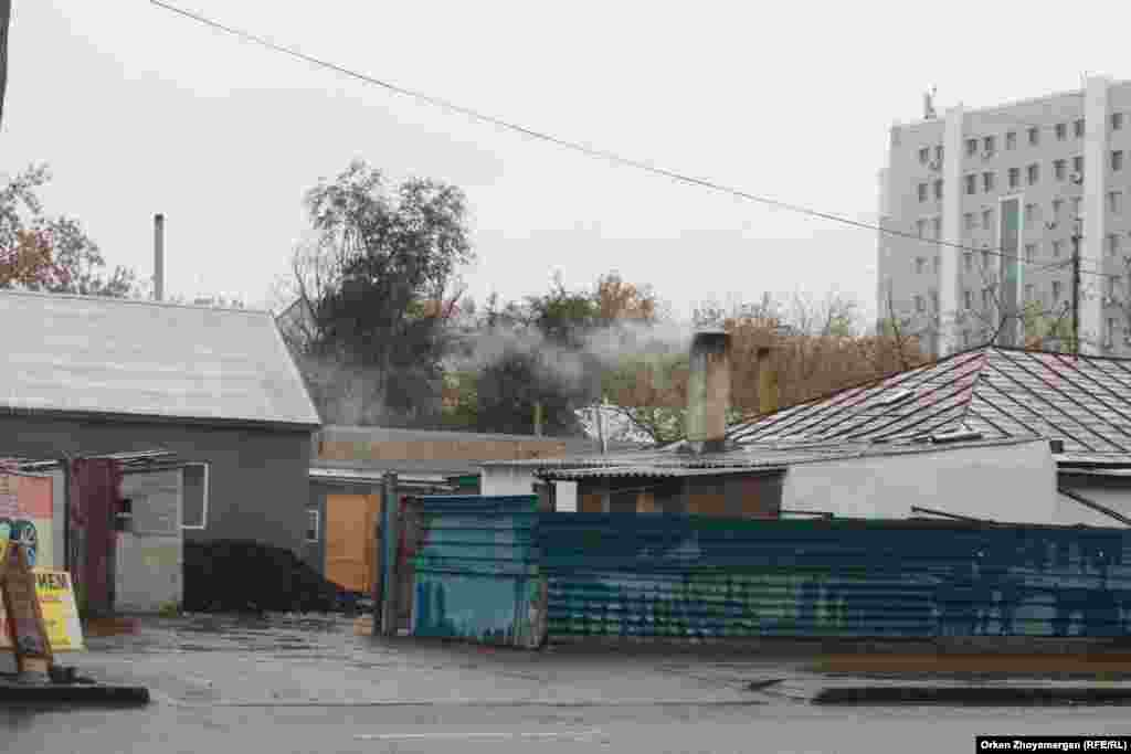 В частных домах столицы в основном топят углем.