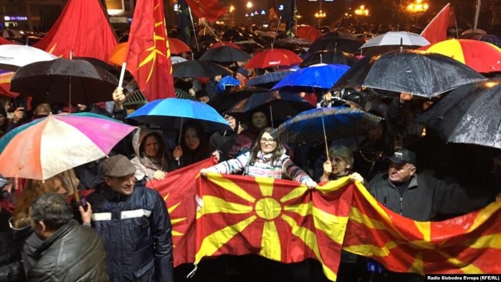 Мітингувальники зібралися перед будівлею парламенту