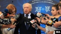 Посредникот на ОН во спорот за името Метју Нимиц дава изјава за медиумите во Скопје.