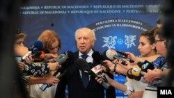 Архива: Посредникот на ОН во спорот за името Метју Нимиц дава изјава за медиумите во Скопје.