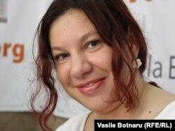 Antonița Fonar în studioul Europei Libere de la Chișinău