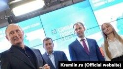 Президент России Владимир Путин после закрытия избирательных участков посетил предвыборный штаб партии «Единая Россия».
