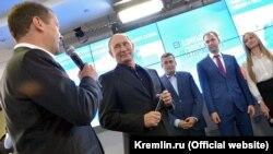 Президент России Владимир Путин (в центре) и премьер-министр Дмитрий Медведев (слева) в штаб-квартире партии «Единая Россия» после парламентских выборов, 18 сентября 2016 года, Москва.