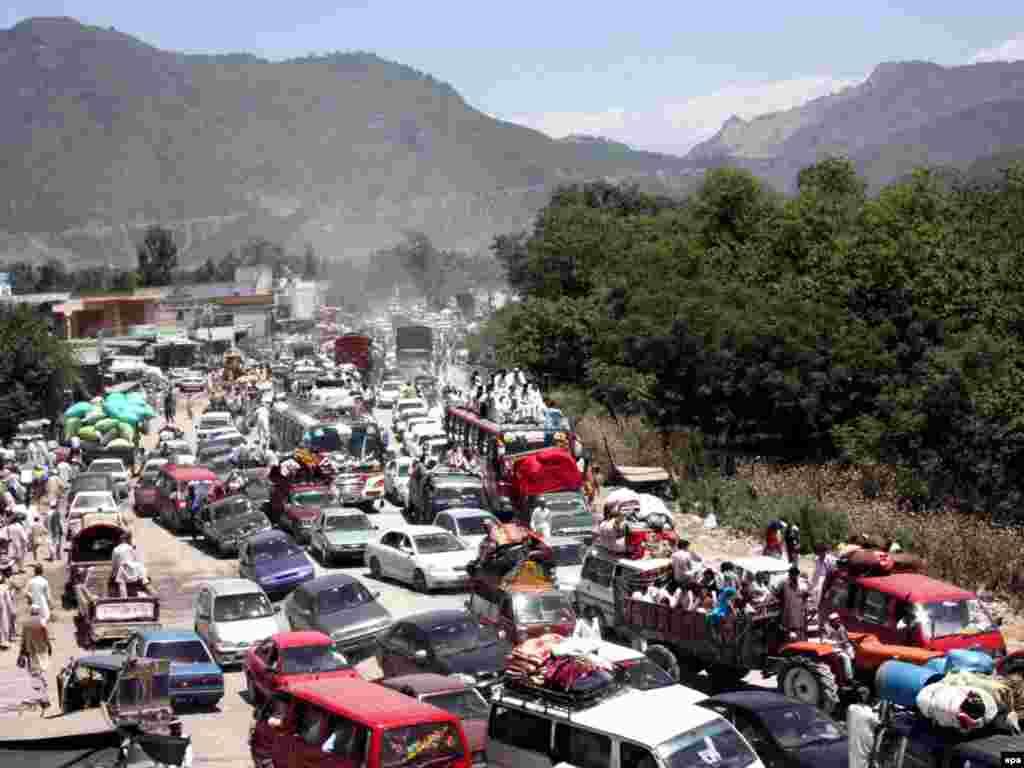 Pakistan - Izbjeglice - Stručnjaci tvrde da je oko 200.000 ljudi do sada pobjeglo iz regiona Swat u Pakistanu, gdje se vojska ove države pokušava obračunati sa Talibanima.