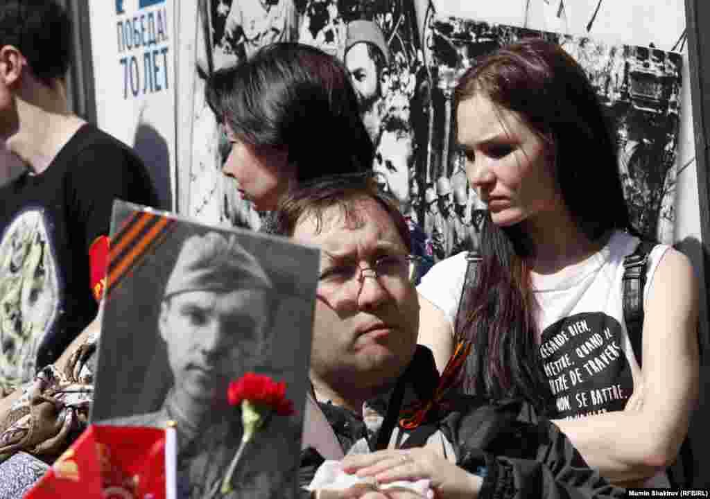 Стенды и плакаты ко Дню Победы разместили по всему маршруту шествия «Бессмертного полка»