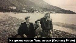 Нина Пепеляева, её сыновья Лавр и Всеволод. Гагры, 1969 г.