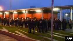 Okupljeni ispred zatvora Vendin-le-Vieil na severu Francuske, 12. januar 2018.