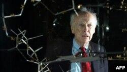 Джеймс Уотсон и модель структуры ДНК, фото 2005 года