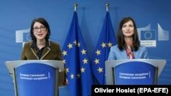 Комісар із цифрової економіки та суспільства Марія Ґабріель (праворуч) та керівник спеціалізованої на боротьбі із фейками та дезінформацією Групи експертів високого рівня Мадлен Де Кок Бунінг (ліворуч). Брюссель, 12 березня 2018 року
