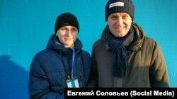 Школьник из Новокузнецка Евгений Соловьев (слева) и оппозиционный политик Алексей Навальный