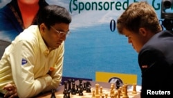 Магнус Карлсен (справа) и Виши Ананд в матче 2013 года. Ченнаи, Индия
