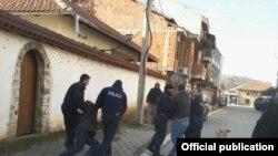 Pamje nga ndërhyrja e policisë në Gjakovë