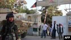 Pamje e hyrjes së spitalit në Kunduz para se ai të goditej nga sulmi ajror