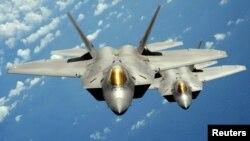 هم جنگندههای آمریکا (در تصویر دو فروند اف ۲۲) و هم نیروی هوایی روسیه حملاتی را در سوریه انجام دادهاند
