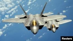 Două aparate F-22 Raptor în zbor de patrulă