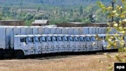 Вантажівки «другого гуманітарного конвою» з Росії чекають на введення до України в місті Кам'янську-Шахтинському неподалік кордону, архівне фото
