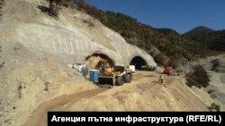 """Тунелът """"Железница"""" все още се строи, а изпълнител на проекта е """"Джи Пи Груп"""", които първоначално се бяха отказали от участие в изграждането му"""