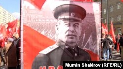 Портрет Сталина на акции в Москве