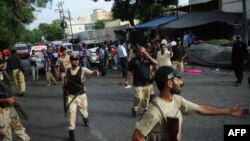 Пакистанские военные, прибывшие к месту совершения теракта в Карачи. 10 июля 2013 года.