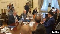 Илустрација: Министрите за надворешни работи на Македонија и Грција, Димитров и Коѕиас.