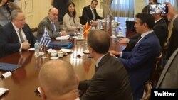 Министрите за надворешни работи на Македонија и на Грција, Никола Димитров и Никос Коѕиас на средба во Атина. 14, 06, 2017.
