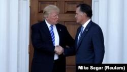 Новоизбранный президент США Дональд Трамп (слева) и бывший губернатор Массачусетса Митт Ромни.