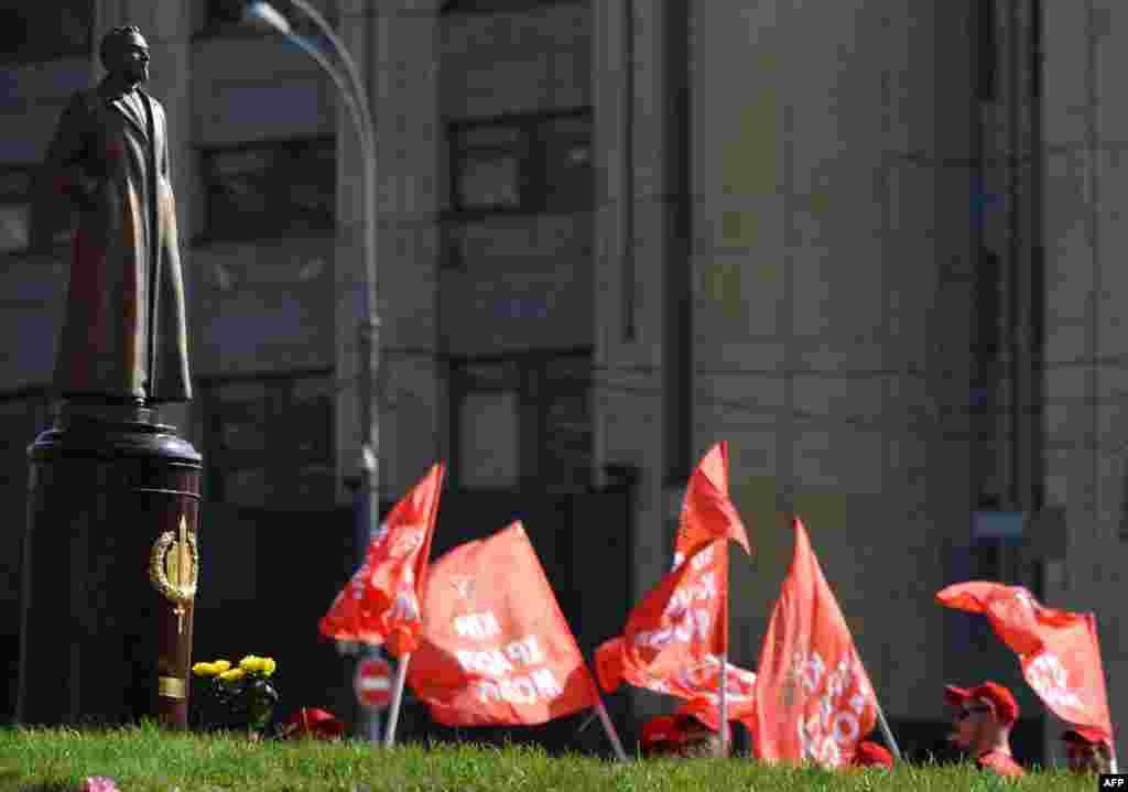 """Но памятники """"Железному Феликсу"""" не только сносят в последние годы. Сторонники КПРФ в сентябре 2014 года """"восстановили"""" памятник Дзержинскому и провели рядом с ним свою акцию"""
