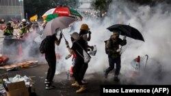 در جریان برخورد پلیس با تجمعات نزدیک به ۸۰ تن از معترضان و ۲۲ افسر پلیس زخمی شدند