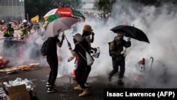 Демонстранты, окруженные полицией.12 июня.