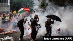 Акцию протеста в Гонконге разгоняют слезоточивым газом, 12 июня 2019 года.