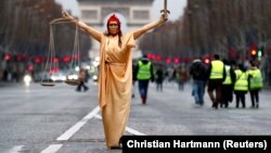 Участница протестов в Париже в костюме Фемиды (архивный снимок, декабрь 2018)