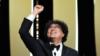 Обладатель «Золотой пальмовой ветви» режиссёр Пон Чжун Хо из Южной Кореи.