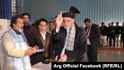Ашраф Гані голосує на виборчій дільниці в Кабулі